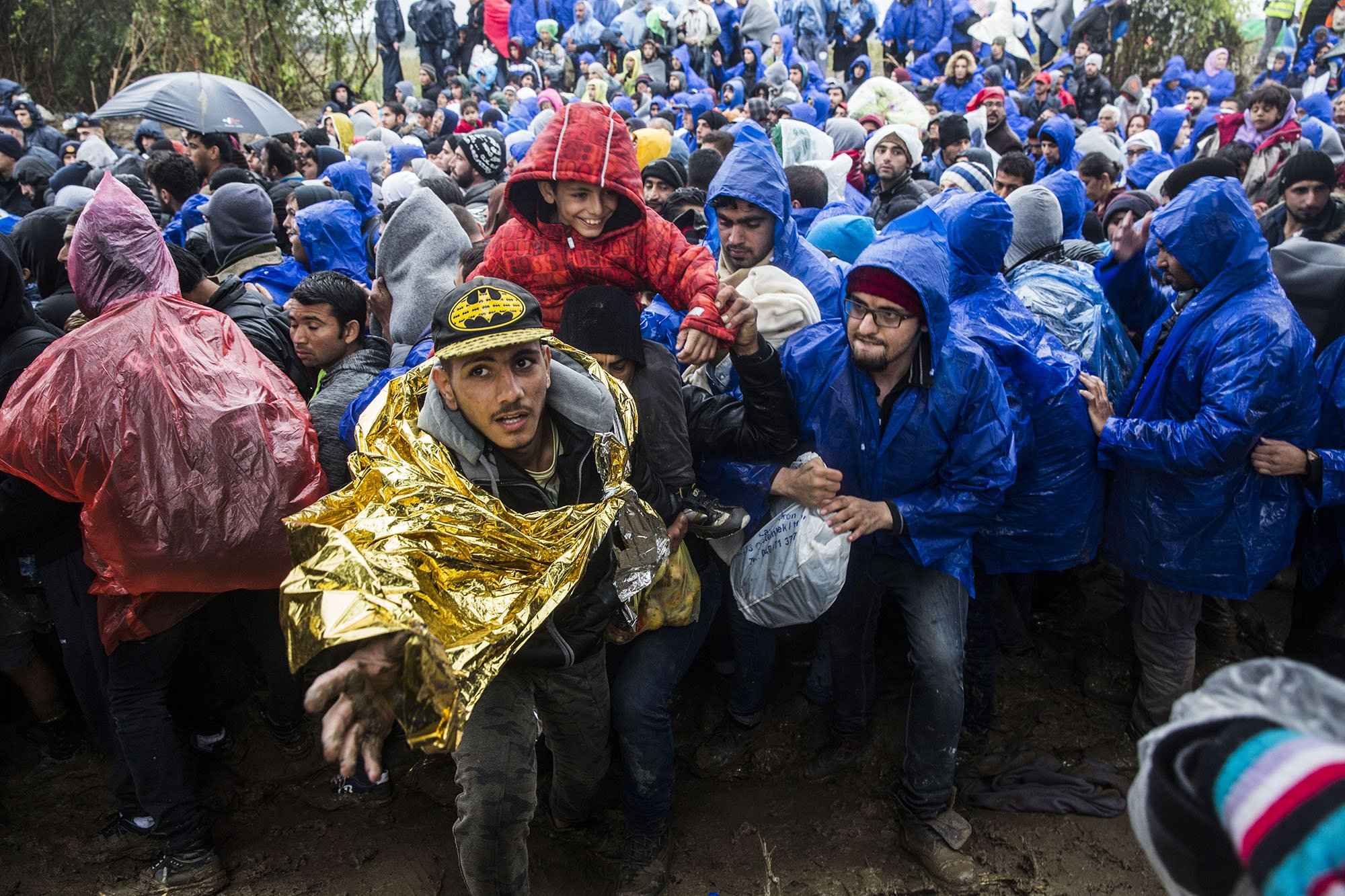 Around 3,000 refugees were stranded in the border between Serbia and Croatia on October 19, waiting in a transit area with poor living conditions and under the rain. They could finally proceed to Croatia after the police opened the border. Photo: Anna Surinyach