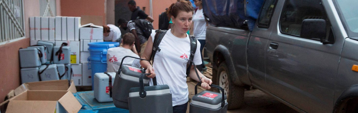 An MSF staff member carries cold boxes containing yellow fever vaccines on the first day of the vaccination programme in Matadi, DRC. Photo: MSF