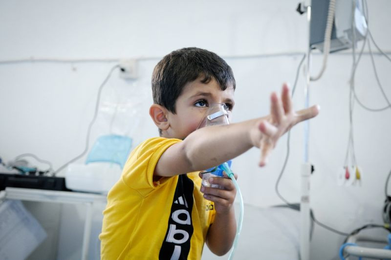 A boy with asthma receiving oxygen in the ER section of an MSF hospital in Syria