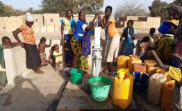 People collecting water in Eastern Burkina Faso