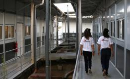 Picture of MSF staff walking through corridors of Kenema Hospital in Sierra Leone